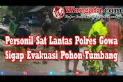 Personil Sat Lantas Polres Gowa Sigap Evakuasi Pohon Tumbang