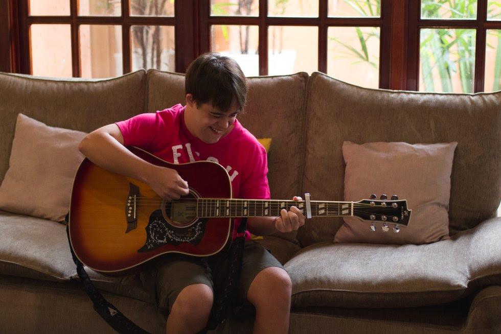 João Vitor adora tocar violão e já faz aulas há 4 anos. Sua evolução é brilhante e ele sonha em ter sua própria banda.