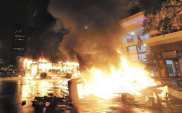 Ônibus incendiado por black blocs, no Rio, em outubro de 2013: punição maior para crime praticado em meio de transporte público (Ricardo Moraes/Reuters - 8/10/13)