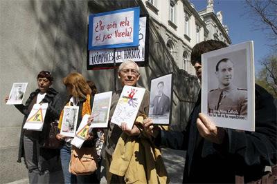 Miembros de la asociación Memoria Viva, ante la sede del Tribunal Supremo, el pasado 12 de abril. EFE/Kote Rodrigo