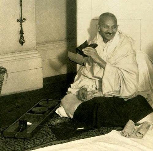 Mahatma Gandhi fotografiado por George Lewis. Keystone View Company