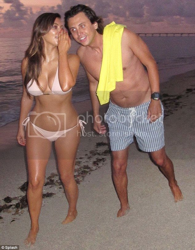 Kim Kardashian espectacular en biquini