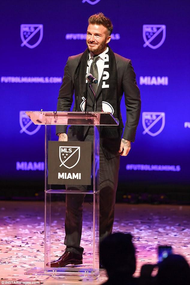 David Beckham chứng minh chỉ cần cắt bỏ mái tóc dài, các bạn nam sẽ phong độ và hấp dẫn hơn nhiều lần - Ảnh 9.