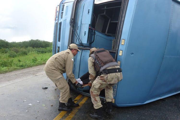 Motorista do ônibus, Francisco Monteiro, disse que acidente foi provocado pela grande quantidade de barro molhado espalhado na curva onde o veículo derrapou