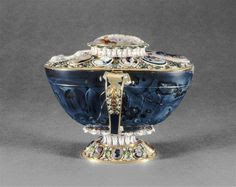 Coupe ovale en sardoine, entrée dans la collection de Louis XIV, grand amateur de pierres dures, avant 1673 - Monture : Paris, vers 1665, avec camées du XVIe siècle - Paris, Musée du Louvre