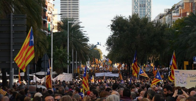 Vista de la manifestación para exigir la salida de prisión de los presidentes de la ANC y Òmnium Cultural, Jordi Sánchez y Jordi Cuixart, y de los ocho consellers cesados del Govern encienden sus móviles. J.K.