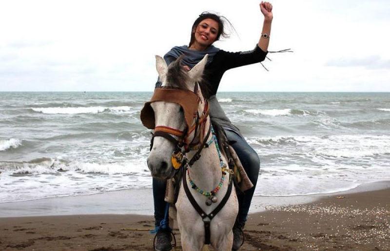 Iranianas protestam contra a estrita lei do hijab publicando fotos com a melena ao vento 11