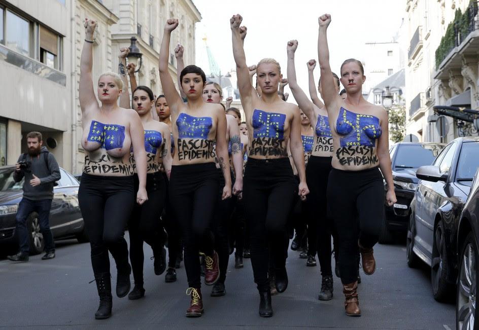 Protesta de Femen ante una acto del Frente Nacional