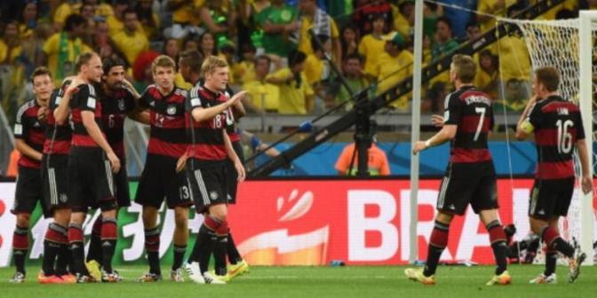 Para pemain Jerman merayakan gol ke gawang Brasil pada laga semifinal Piala Dunia 2014 di Estadio Mineirao, Belo Horizonte, Selasa (8/7/2014).