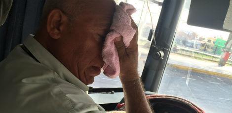 Para diminuir o calor, o motorista José Natanael da Silva anda com uma toalha e instalou por conta própria um mini ventilador