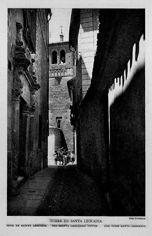 Torre de la Iglesia de Santa Leocadia desde el Callejón de San Ildefonso a comienzos del siglo XX. Foto Rodríguez