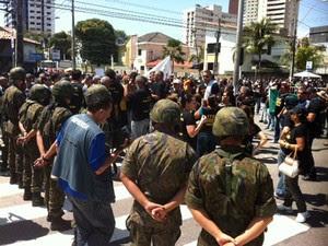 Policiais civis protestaram logo após o término do desfile (Foto: Igor Jácome/G1)