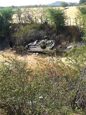 Veículo capotou e caiu em ribanceira ao sair da pista (Foto: Divulgação/PM)