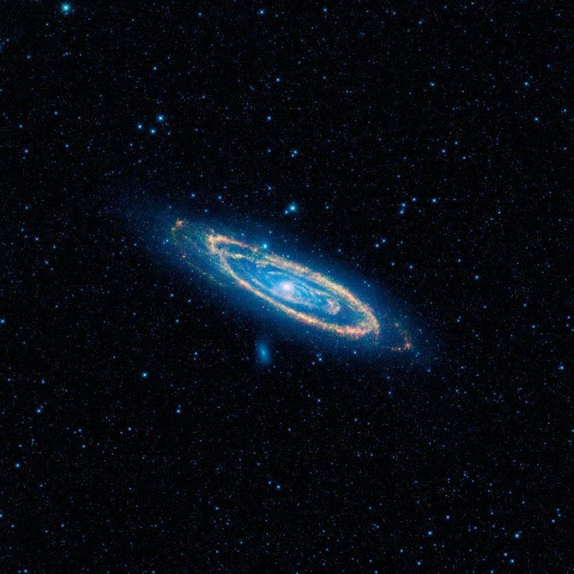Imagem de cores falsas da emissão no infravermelho médio da galáxia Andrômeda