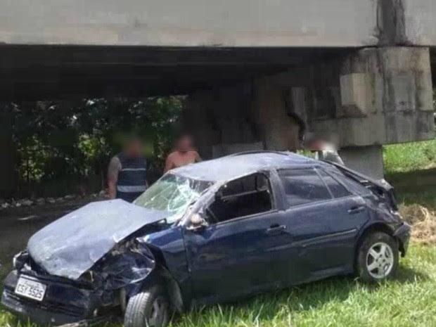 Carro cai em São José (Foto: Wanderson Francisco/Vanguarda Repórter)