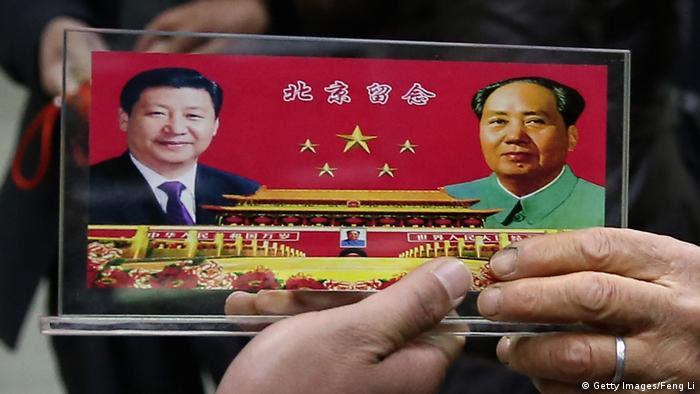 China Symbolbild Xi Jinping und Mao (Getty Images/Feng Li)