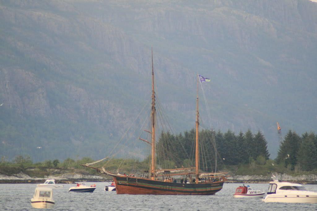 Den flotte skuta Svanhild var som vanlig utpå sjøen ved bålet :)
