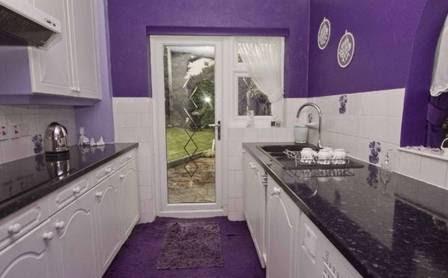 A cozinha da casa também é roxa