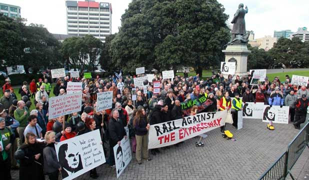 NO WAY: Opponents to the Kapiti expressway protested outside Parliment today.