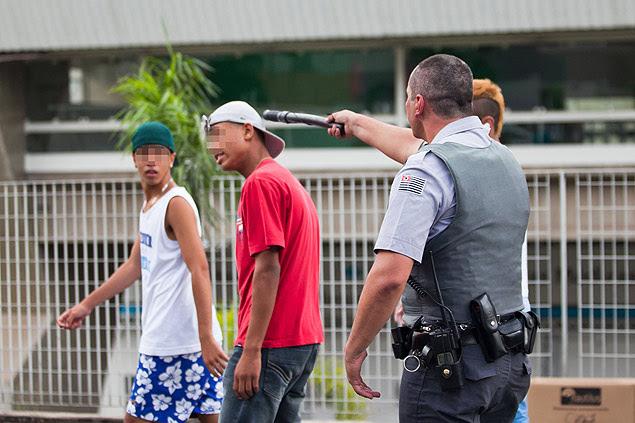 """Policial militar usa cassetete para intimidar jovem durante """"rolezinho"""" no shopping Itaquera, na zona leste de SP"""