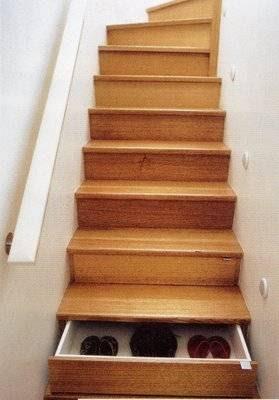 Escada com gavetas secretas.