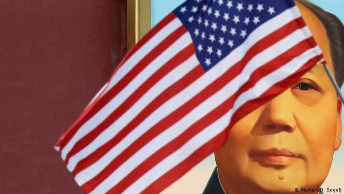 USA Trump Besuch in China US Flagge mit Mao Porträt am Tiananmen (Reuters/D. Sogolj)