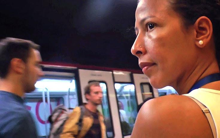 Αυτή η γυναίκα είναι κυνηγός πορτοφολάκηδων στο μετρό της Βαρκελώνης