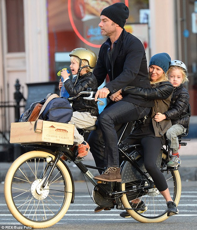 Quanto mais, mais felizes: Naomi Watts, Liev Schreiber, seus filhos Sam, na extrema direita, e Sasha, na extrema esquerda, todos se encaixam em uma bicicleta de três lugares enquanto se dirigiam para a escola em Nova York na quarta-feira.