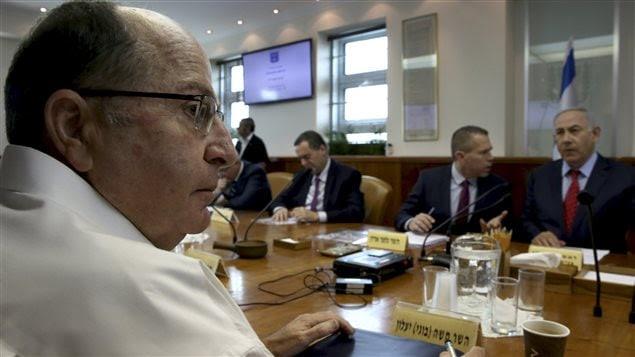 Le ministre israélien de la Défense démissionnaire Moshe Yaalon lors d'une réunion du cabinet du premier ministre Benyamin Nétanyahou (à droite)