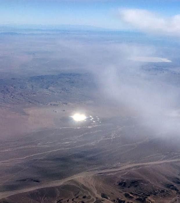 Avistamiento de un disco luminoso que lanzaba objetos luminosos.
