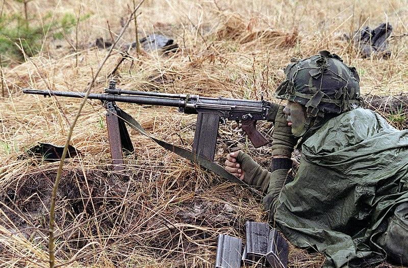 Ficheiro:Canadian soldier with C2 DA-SC-84-02213.JPEG