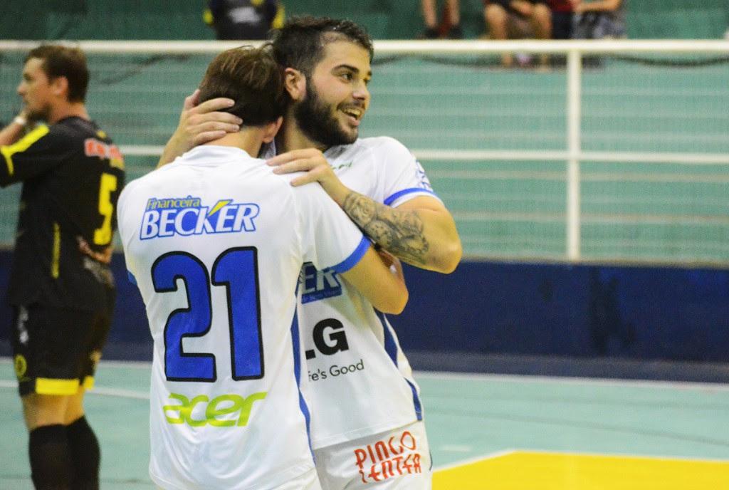 Yag (D) marcou dois na vitória dos visitantes. Foto: Assessoria Cerro Largo Futsal/Lojas Becker