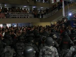 Enquanto o tumulto acontecia fora do plenário, deputados aprovam projeto de lei do Governo (Foto: TV Verdes Mares / Reprodução)