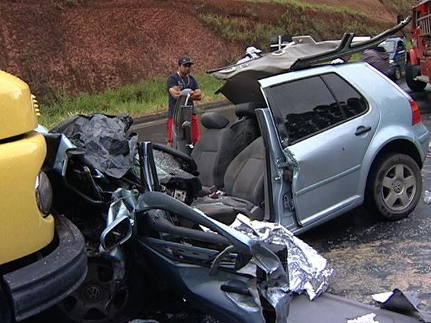Carro ficou destruído após bater em caminhão. (Foto: Reprodução/TV Gazeta)