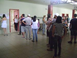Em campo Erê, eleitores foramaram pequenas filas em frente às seções (Foto: Jean Prado)
