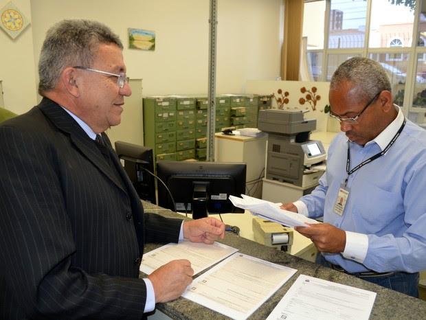 Homero de Carvalho entrega processo a funcionário do Fórum de Piracicaba (Foto: Leon Botão/G1)