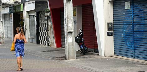 Movimento está fraco nas ruas do Centro do Recife, acarretando fechamento de lojas / Foto: Alexandre Gondim/JC Imagem