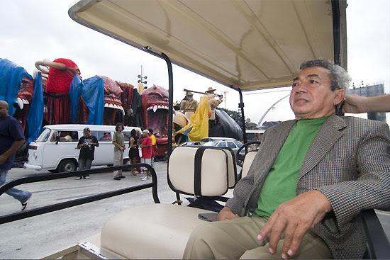 Carnavalesco Joãosinho Trinta morre aos 78 anos; foto mostra ele em visita aos preparativos do carnaval de SP