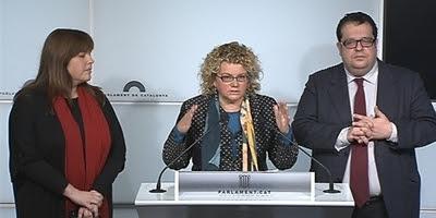 Marina Geli, al centre, Joan Ignasi Elena i Núria Ventura, en roda de premsa al Parlament.