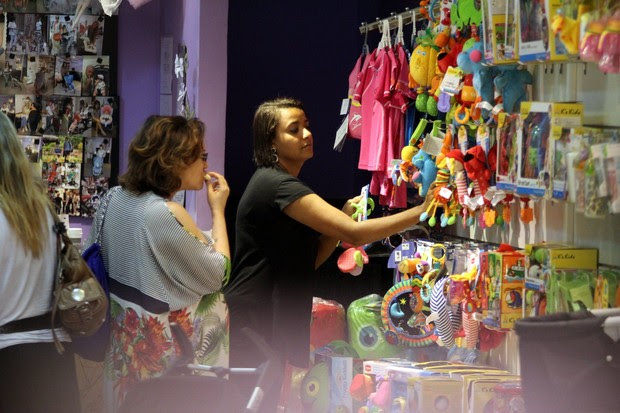Maria Rita faz compras em shopping no Rio (Foto: Marcus Pavão/Agnews)