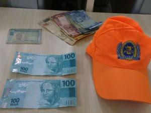 Homem foi preso tentando comprar boné com nota falsa (Foto: Divulgação / Polícia Militar)