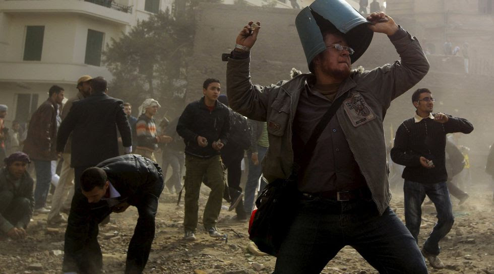 Manifestantes lanzan piedras contra leales a Mubarak