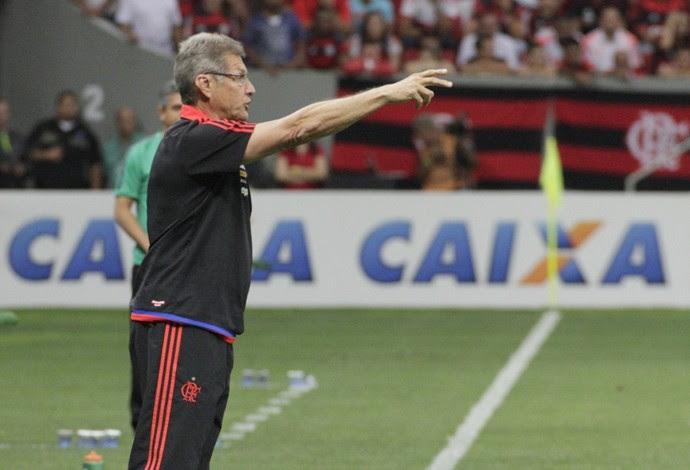 Oswaldo orienta time contra o Coritiba, com Ney Franco ao fundo (Foto: Gilvan de Souza/Fla Imagem)