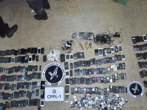 Além dos celulares, foram apreendidos carregadores e outros itens proibidos nas celas (Foto: TV Verdes Mares/Reprodução)