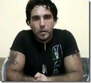 """Vittorio Arrigoni nel suo videomessaggio a Roberto Saviano pubblicato su YouTube. Nel video, il """"pacifista"""" rimproverava all'autore di """"Gomorra"""" di essere sionista."""