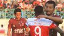 Indosport - Hamka Hamzah dan Greg Nwokolo saling berpelukan. FOTO: Ian Setiawan/Indosport.com