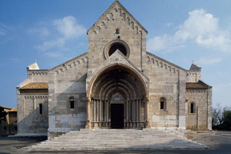 Fachada da Catedral de San Ciriaco, Ancona (Itália).