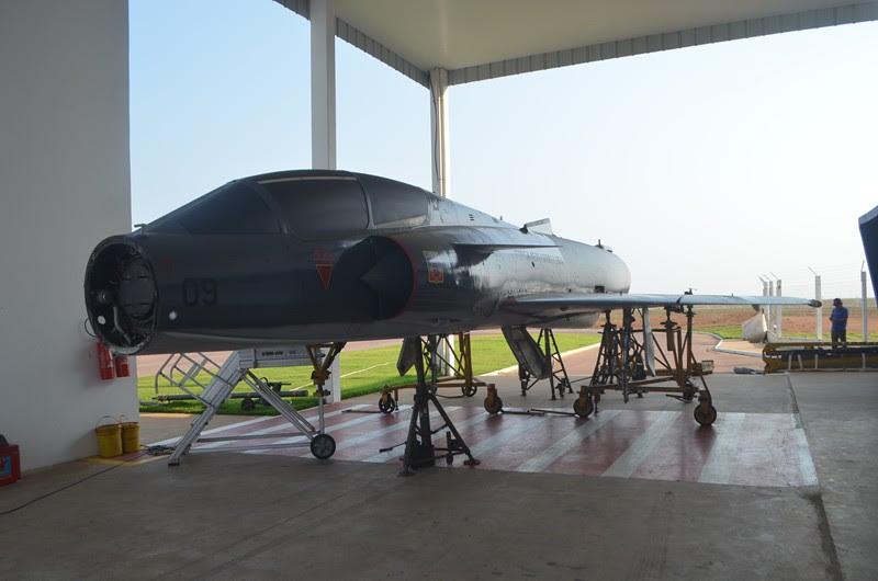Avião Mirage da Força Aérea começa ser montado para ficar exposto no aeroporto de Sorriso