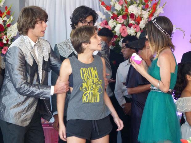A garota chega toda se querendo para Pedro (Foto: Ariane Ducati / Gshow)