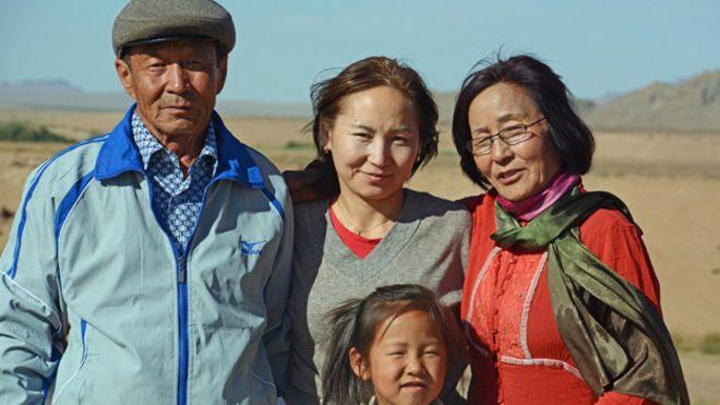 Uuganaa Ramsay con sus padres y su sobrina